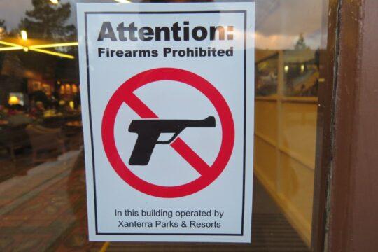 Les armes à feu sont permises dans le parc national mais interdites dans les bâtiments