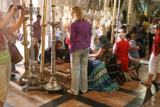 Dévotion dans la basilique du Saint-Sépulcre