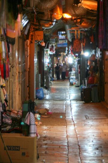 Rue commerçante (le soir)