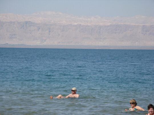 Eh oui ! on flotte dans la Mer Morte