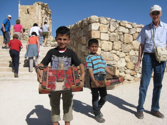 Vendeurs de fraises sur le le site antique de Gerasa