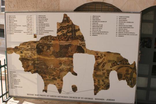 Carte la Terre Sainte en mosaïque (l'original est dans le sol de l'église)